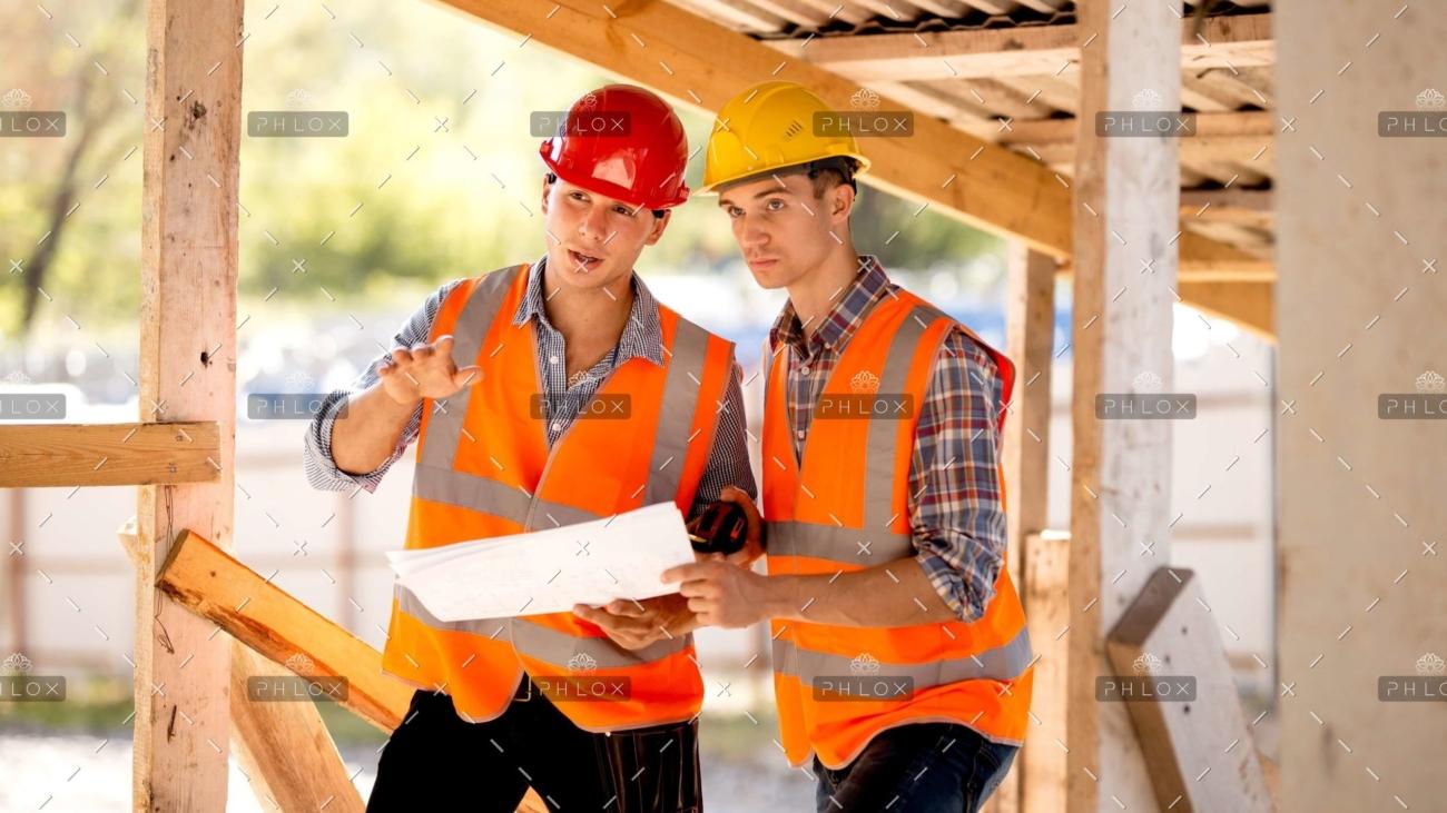 demo-adjunto-136-op_dos-hombres-vestidos-con-camisas-chalecos-de-trabajo-naranjas-y-escala-KE9JMU2